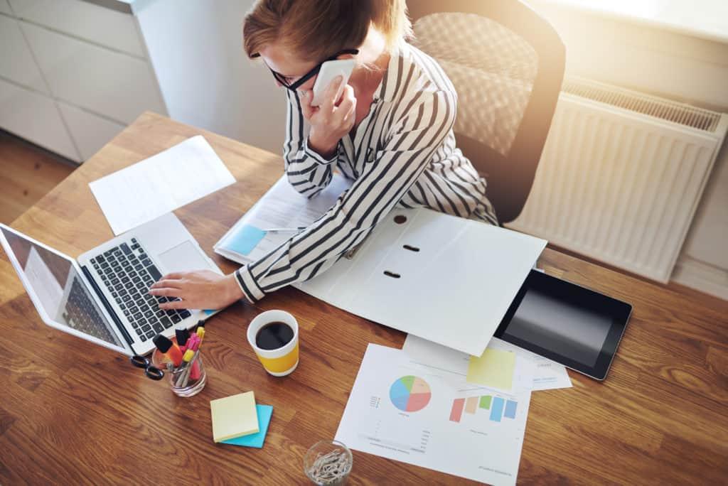 Vellykket, forretningskvinne, med, ei, e-business, arbeid, fra, et kontor, hjemme, telemarketing, og, ta, bestillinger, over, det, telefon, eller, konsultere, med, klienter, høy vinkelsikt