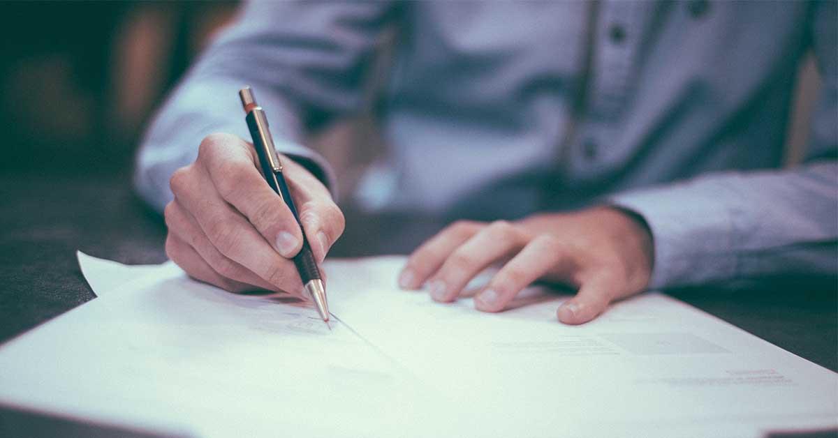 Mann som signerer papirer - stor
